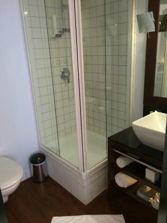 Hotel Concorde: シャワーブース。狭いが不都合は無い。