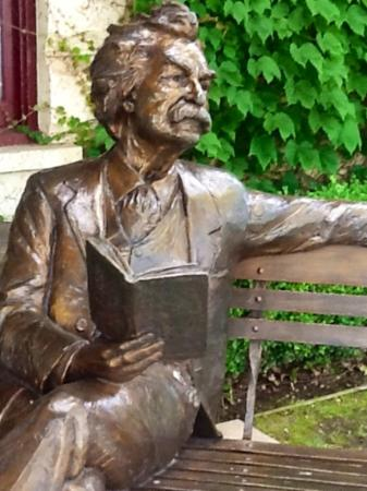 Angels Camp, Kalifornia: mark twain sculpture at the entrance