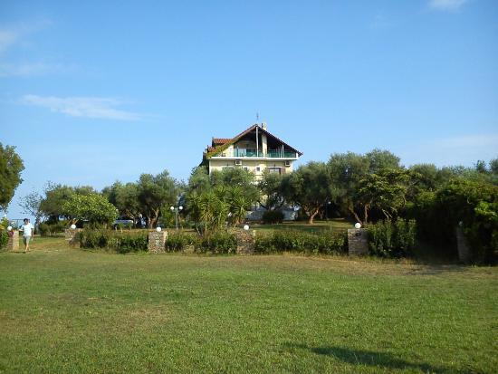 Villa Georgina: Hotel vom Pool aus gesehen