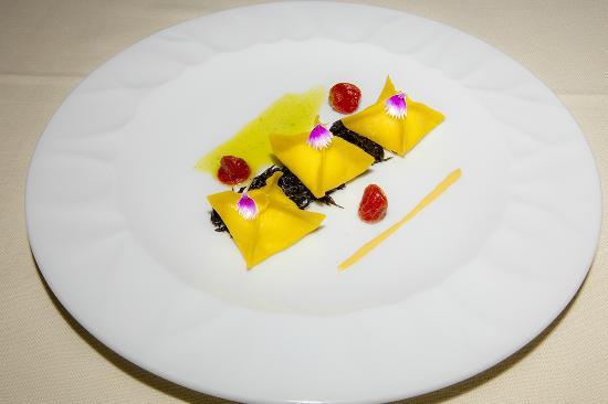Kido-ism : Fagottini  ripieni di baccala, alghe hijiki e salsa pilpil al pomodoro