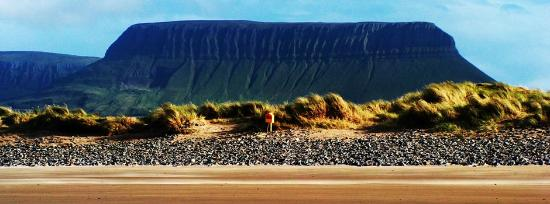 Grange, Irlanda: Viewing Benbulben over the dunes of Streedagh Beach