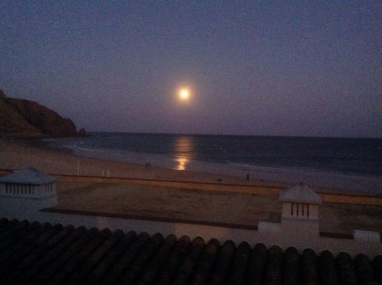 Luz Beach Apartments: Romantic evening view too