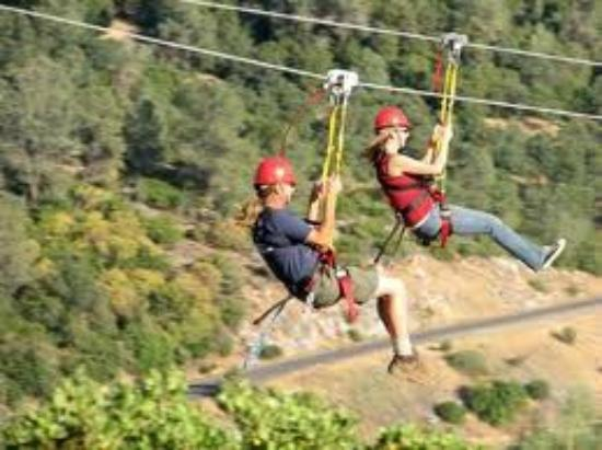 Vallecito, แคลิฟอร์เนีย: Twin zip lines at Moaning Cavern