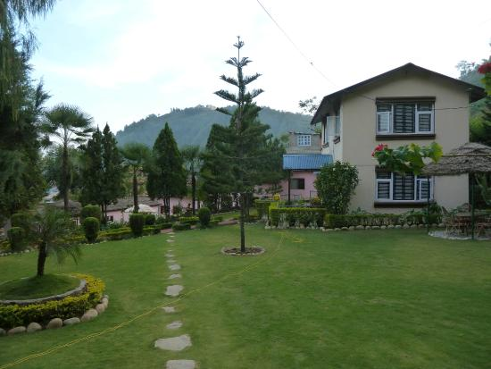 Himalayan Yoga Academy and Retreat: Lovely grounds
