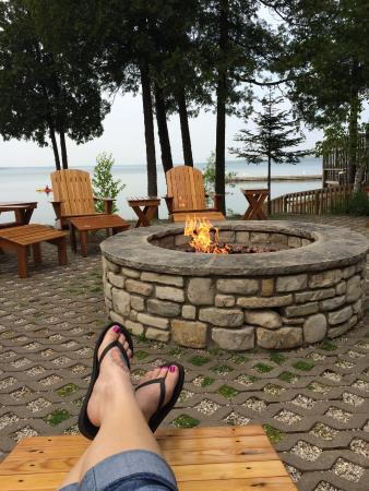 Baileys Harbor, วิสคอนซิน: Inside our cottage and relaxing by the fire pit outside of the restaurant.