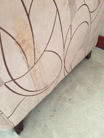 Xuyi County, China: Flecken auf Möbel umd Asche auf Teppich