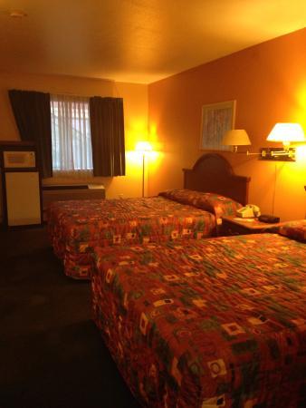 Econo Lodge: 2 QUEEN beds