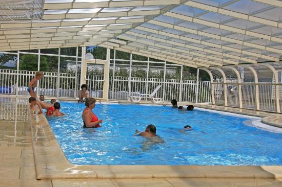 Vue de la piscine du camping les prairies de l 39 etang for Camping indre et loire avec piscine couverte