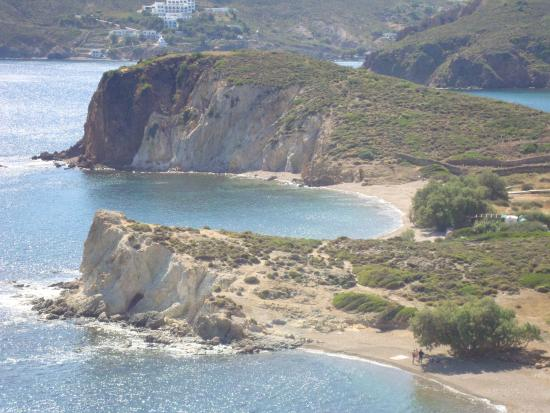 Patmos Paradise Hotel: Το ξενοδοχείο στο βάθος