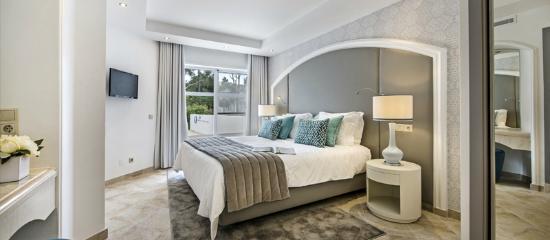 Four Seasons Fairways: Newlook Villa Master Suite Bedroom (blue)