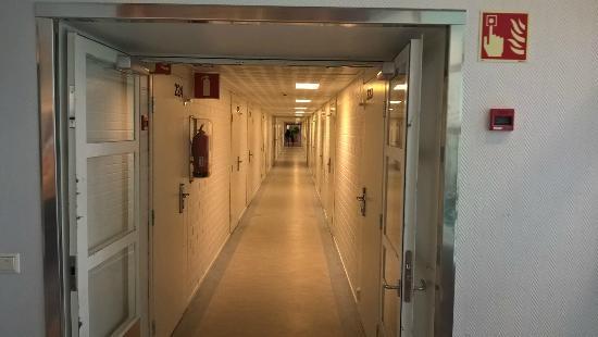 Yliharma, Finlândia: Sairaalamainen käytävä vanhalla puolella