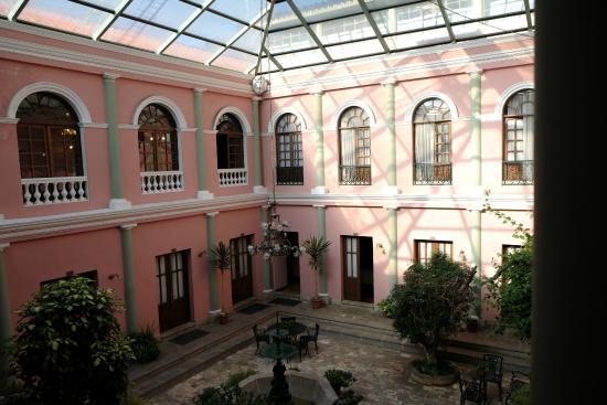 Capital Plaza Hotel: vue sur le patio et les chambres