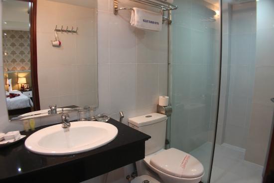 Hanoi Holiday Diamond Hotel: Clean bathroom, toilet bowl with bidet