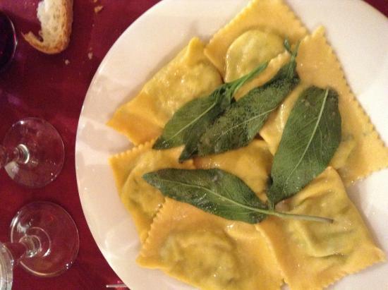 Sassofortino, Włochy: ravioli freschi  ripieni di erbette con burro e salvia, fatti in casa