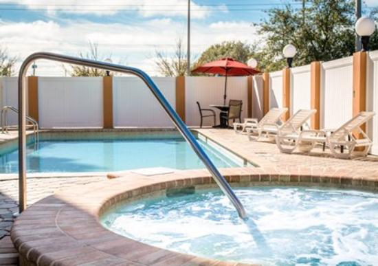 Comfort Suites Tampa Airport North : Outdoor Pool and Whirlpool