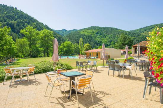 Village Club Cap'vacances d'Alleyras: Village Club Cap'Vacances d'Alleyras (Haute-Loire). Terrasse du restaurant.