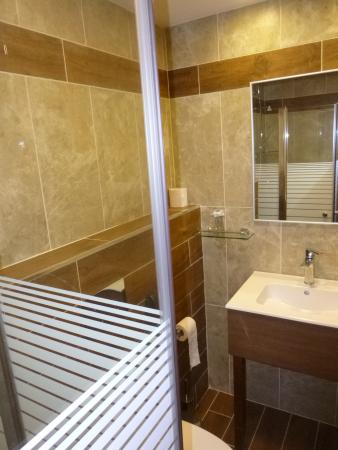Casa Nova Hospice: Fully renovated bathroom - small but well appointed