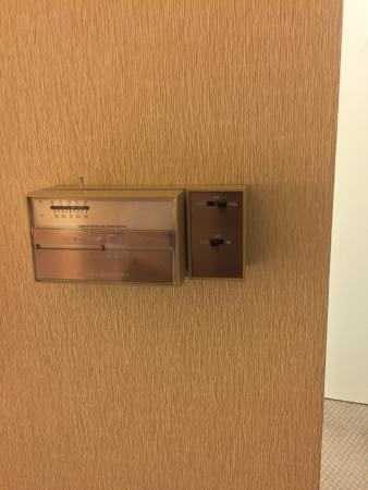 Hilton Garden Inn Salt Lake City/Layton: Ancient thermostat, couldnt keep a constant temp in room