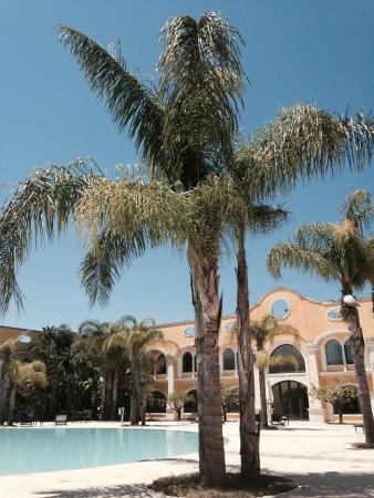 DoubleTree by Hilton Acaya Golf Resort-Lecce: Pool area at hotel rooms