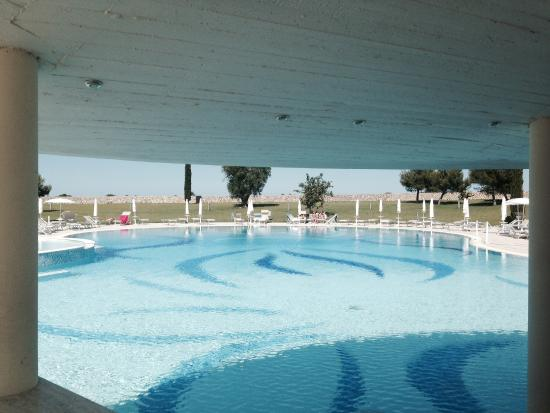 DoubleTree by Hilton Acaya Golf Resort-Lecce: Pool opposite restaurant it's much bigger and nicer than the photobshows