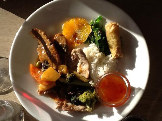 Broddan: Foto af thaimenu. Da det er en buffet, kan du tage mad flere gange. Selv synes jeg, at det er me