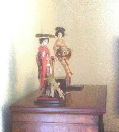"""Mt. Scott Manor Bed and Breakfast : Antique Japanese Figurines - """"Japanese"""" room"""