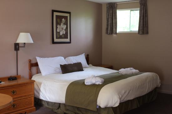 Colonial Resort & Spa: Deluxe room with king bed, bathtub jacuzzi and gas fireplace