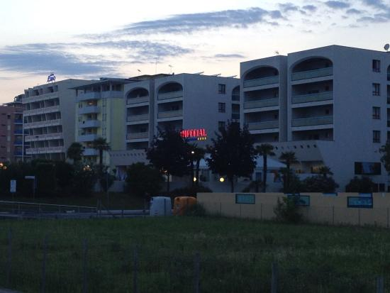 Aparthotel Imperial: Abendlicher Blick von der kleinen Strandpromenade zum Hotel