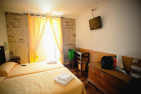 Casa Felisa : Уютный чистый номер - старый сундук, стена со старинной каменной кладкой, кованный балкончик
