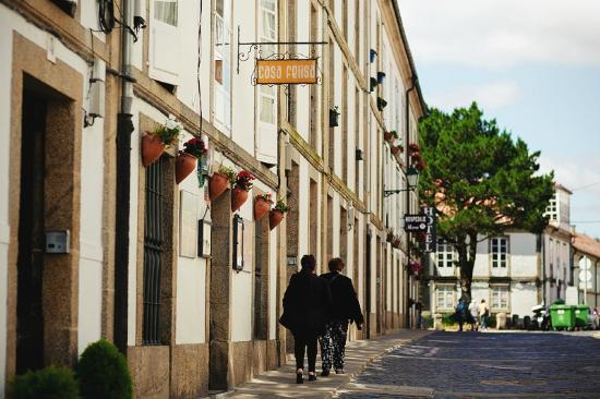 Casa Felisa: Улица и желтая вывеска над входом в отель