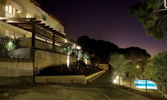 Hotel Porta d'Alella: exterior anochecer