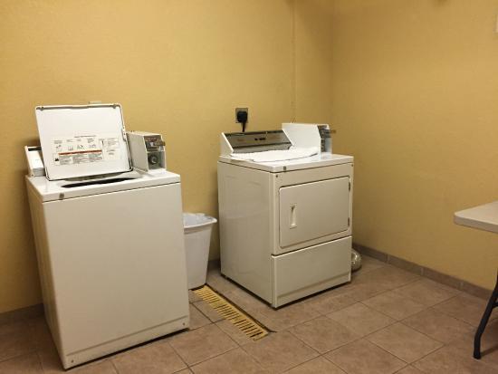 La Quinta Inn & Suites Mobile - Tillman's Corner: Laundry room
