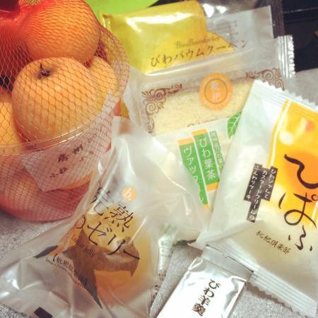 Road Station Tomiura Biwa Club: 枇杷や枇杷を使ったお菓子やグッズがたくさんあります。枇杷ソフトクリームは絶品