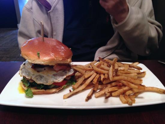Boulevard: Hamburger with egg and fries