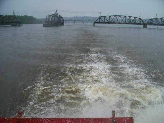 Dubuque River Rides : Look from back of boat over the river boats paddle.