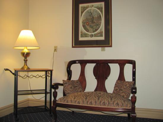 OAK VALLEY INN & SUITES: 2nd floor sitting area