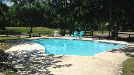 Gruene River Outpost Lodge: Come enjoy our pool!