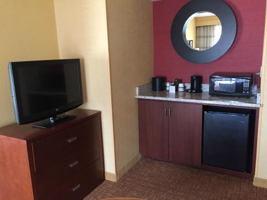 Courtyard Spartanburg: tv, extra dresser storage, fridge, microwave, coffee area