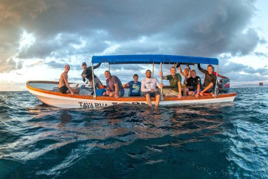 Tavarua Island Resort: Arvo surf boat - stoked heads!