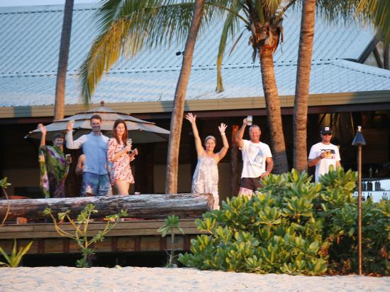 Tavarua Island Resort: Happy hour on the deck!