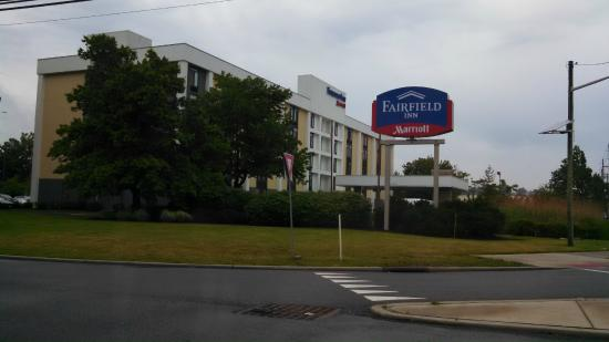 Fairfield Inn East Rutherford Meadowlands: メイン道路からの写真