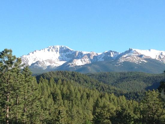 Woodland Inn Bed and Breakfast: View of Pike's Peak from the backyard