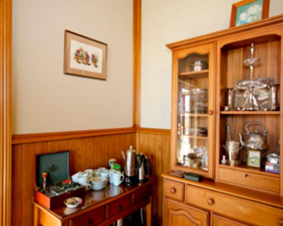 Villa Heights Bed and Breakfast: tea/coffee facilities in dinning room