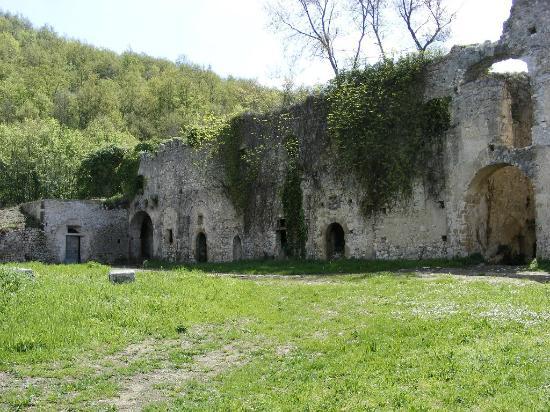 Abbazia della Ferrara : Cortile - foto Guglielmo D'Arezzo Photographs
