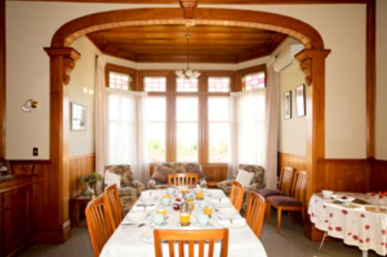 Villa Heights Bed and Breakfast: dinning room