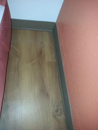 Motel 6 Providence East: Dirt under headboard