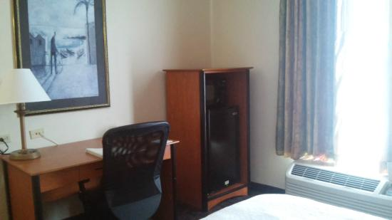 Hampton Inn Houston Pearland: Fridge and microwave