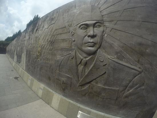 Blitar, Индонезия: Foto bung karno pada tembok yang di ukir