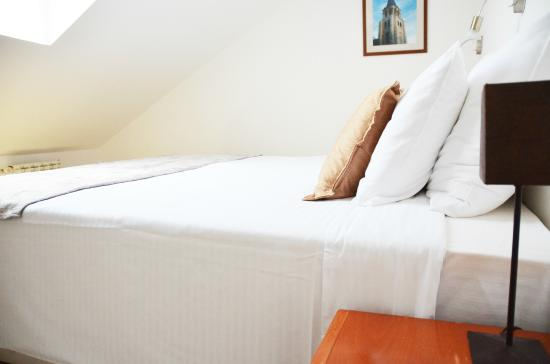 Hotel Le Petit Piaf : Superior room - Bed