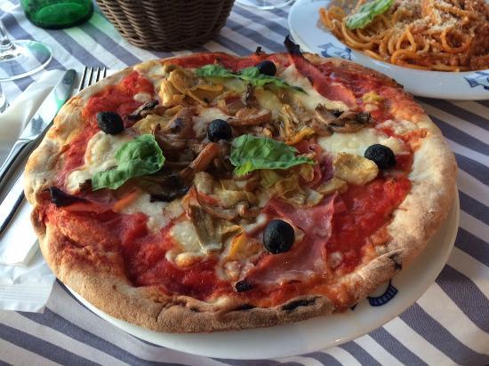 La Terrazza: Pizza with artichokes, ham, mushrooms and olives